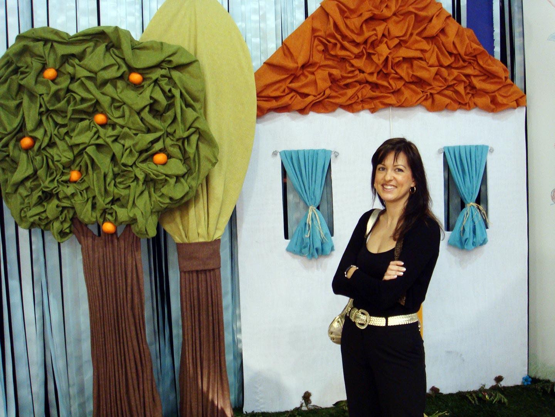 Η Ελίνα μπροστά απο μία ενδιαφέρουσα διακοσμητική σύνθεση με υφάσματα.